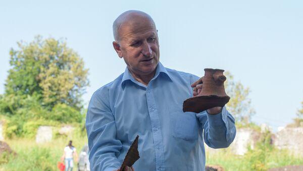 Археолог Алик Габелия на раскопках - Sputnik Абхазия