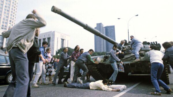 Защитники Белого дома пытаются остановить танк - Sputnik Абхазия