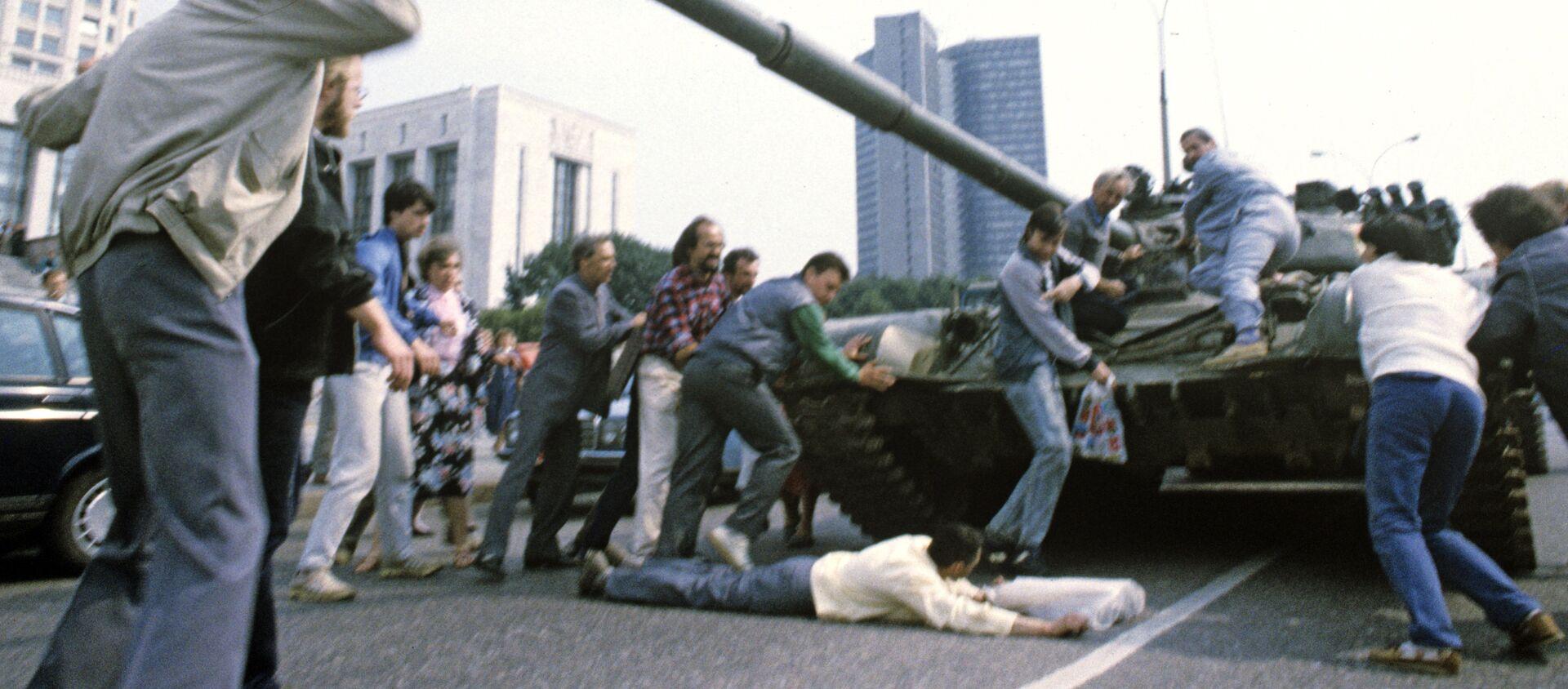 Защитники Белого дома пытаются остановить танк - Sputnik Абхазия, 1920, 19.08.2021