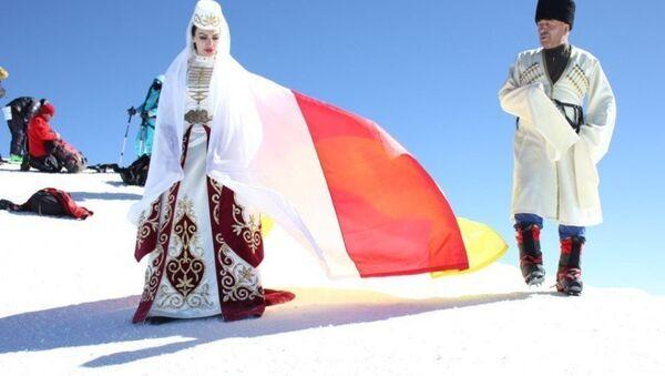 Солистка, прима московского ансамбля Алания - Дина Бекоева на вершине Эльбруса - Sputnik Абхазия