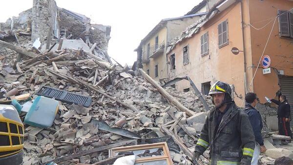 Землетрясение в Италии: работа спасателей и кадры разрушений - Sputnik Абхазия