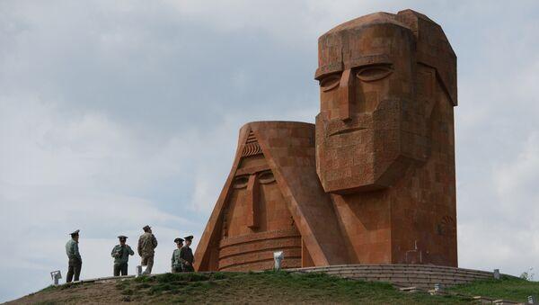 """Памятник """"Мы и наши горы"""", сооруженный на высоком холме у въезда в город Степанакерт - Sputnik Абхазия"""