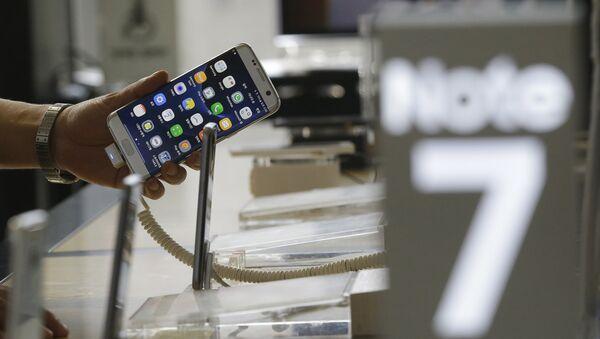 Смартфон Samsung Galaxy Note 7 на витрине магазина. - Sputnik Абхазия