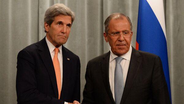 Архивное фото министра иностранных дел РФ Сергея Лаврова (справа) и государственного секретаря США Джона Керри - Sputnik Абхазия