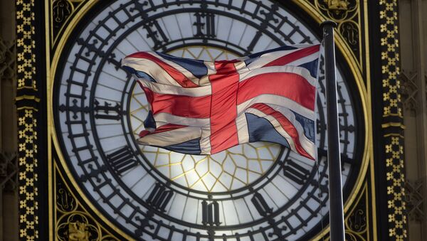 Флаг Великобритании на фоне часов Вестминстерского дворца в Лондоне. - Sputnik Абхазия