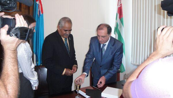 18 сентября 2011 подписание Заявления об установлении дипломатических отношений между Республикой Абхазия и Тувалу премьер-министром Абхазии Сергеем Шамба и премьер-министром Тувалу Вилли Телави - Sputnik Абхазия