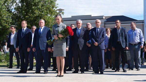 Фото с возложения цветов в парке Славы в честь освобождения Сухума - Sputnik Абхазия