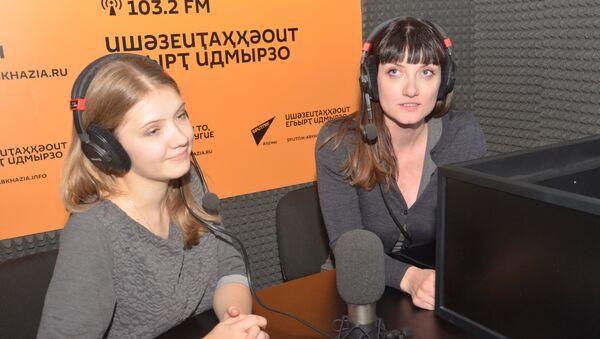 Руководитель Международного форума Форос  Наталья Петрова и менеджер проекта по внешним коммуникациям Евгения Кодинцева - Sputnik Абхазия