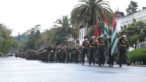 Марширующие по дождем: репетиция парада в Сухуме - Sputnik Абхазия