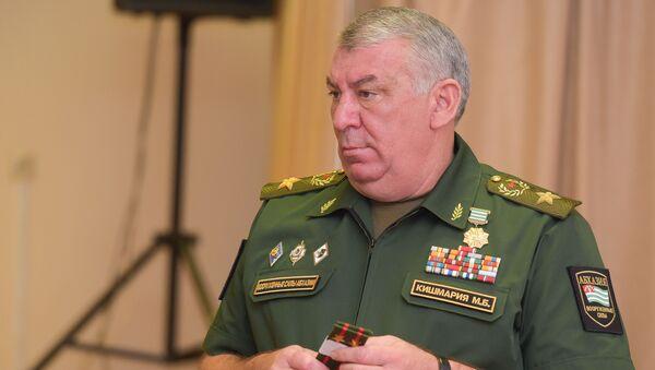 Министр обороны Мираб Кишмария на торжественном заседаним в минобороны - Sputnik Абхазия