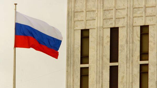 Архивное фото флага на фоне здания российского посольства в Вашингтоне - Sputnik Абхазия