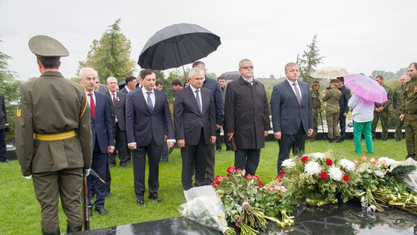 Возложение цветов у мемориала первого президента Абхазии в День Победы - Sputnik Абхазия