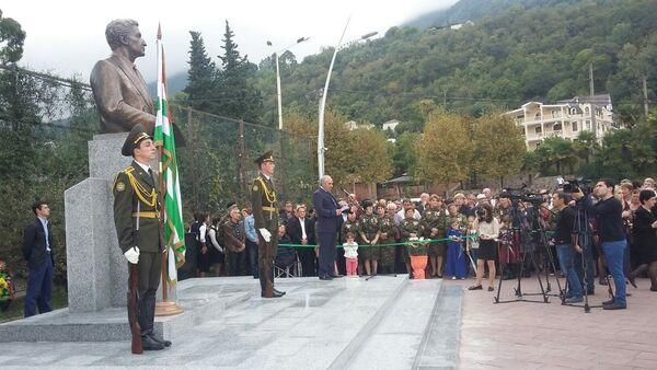 Памятник Владиславу Ардзинба открыли в Гагре - Sputnik Абхазия