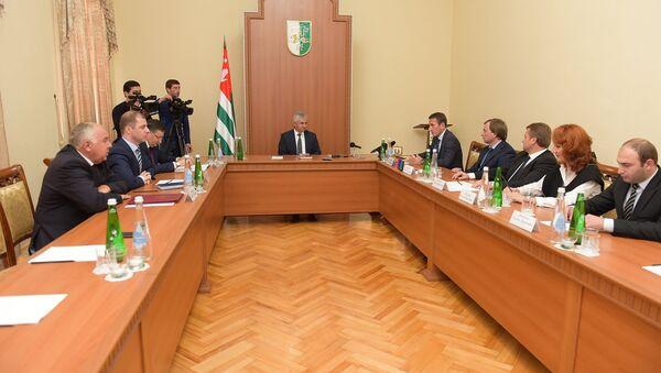 Встреча Хаджимба с участниками агропромышленной выставки. - Sputnik Абхазия