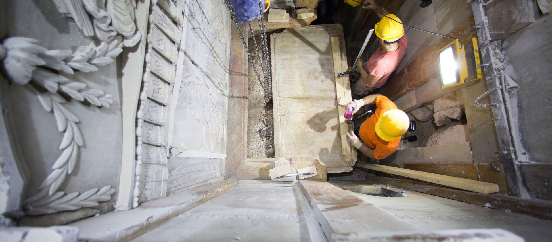 Рабочие удаляют верхний слой мрамора с гробницы Иисуса Христа в храме Гроба Господня в Иерусалиме - Sputnik Абхазия, 1920, 28.10.2016