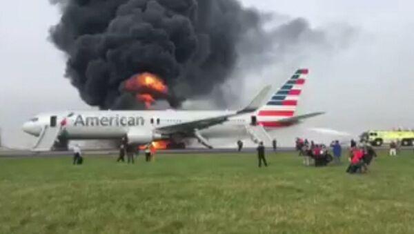Boeing загорелся после неудачного взлета в аэропорту Чикаго. Съемка очевидца - Sputnik Абхазия