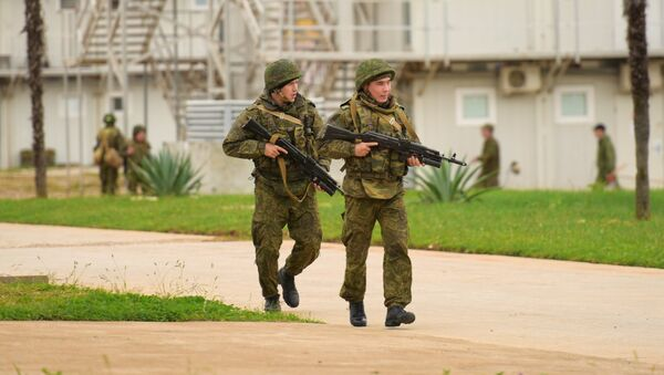 Военнослужащий российской военной базы в Гудауте во время тренировки по противодействию терроризму - Sputnik Абхазия