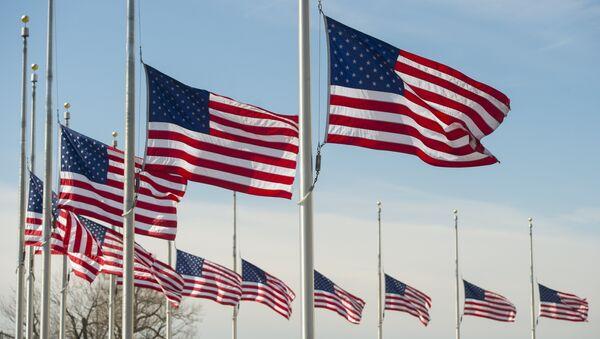 Американские флаги на мачте вокруг основания памятника Вашингтону, на Аллее возле Капитолия в Вашингтоне, округ Колумбия, 7 марта 2016 года - Sputnik Абхазия