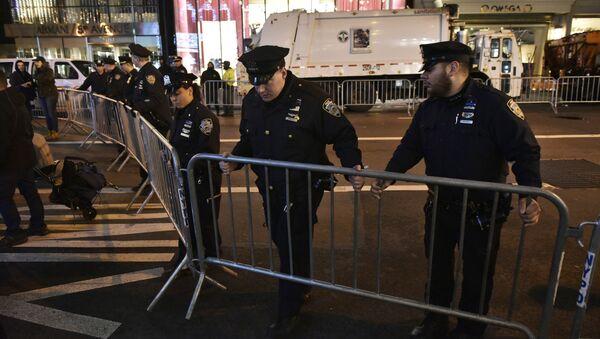 Полиция ставит баррикаду на 5-й авеню недалеко от Trump Tower 9 ноября 2016 года в Нью-Йорке во время митинга после того, как Дональд Трамп был избран в качестве следующего президента США - Sputnik Аҧсны