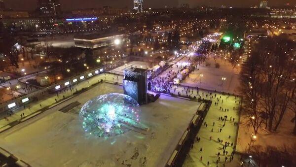 Светящийся лед и цветные аллеи: каток в парке Горького с высоты птичьего полета - Sputnik Абхазия