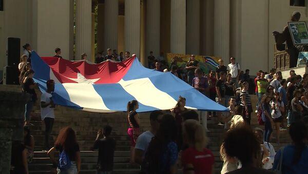 Студенты в Гаване развернули огромный флаг Кубы в память о Фиделе Кастро - Sputnik Абхазия