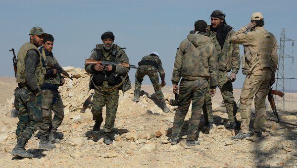 Архивное фот бойцов сирийской армии и отрядов ополчения на подступах к городу Эль-Карьятейн, захваченному террористами. - Sputnik Абхазия