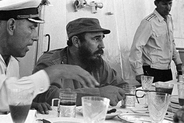 Премьер-министр Республики Куба Фидель Кастро сидит за столом - Sputnik Абхазия