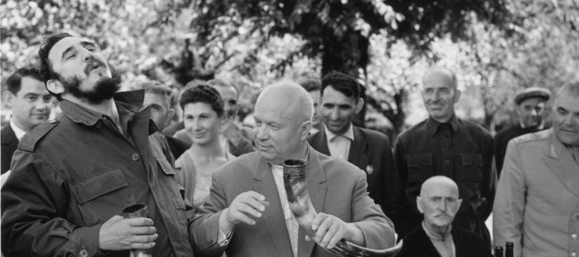 Никита Хрущев и Фидель Кастро в гостях у колхозников колхоза Дурипш - Sputnik Абхазия, 1920, 13.08.2019