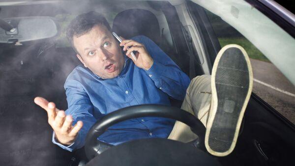 Незадачливый водитель разговаривает по телефону за рулем - Sputnik Абхазия