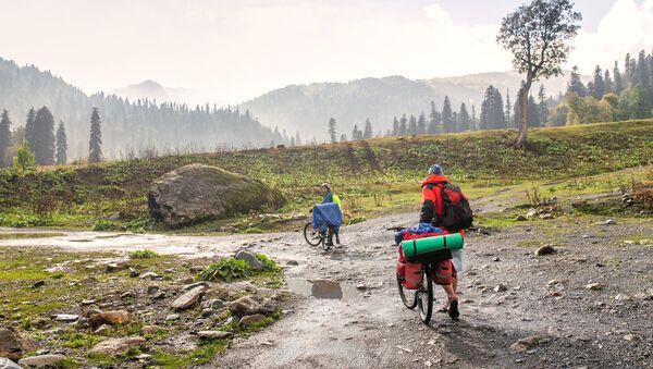 Велосипедисты в национальном парке - Sputnik Абхазия
