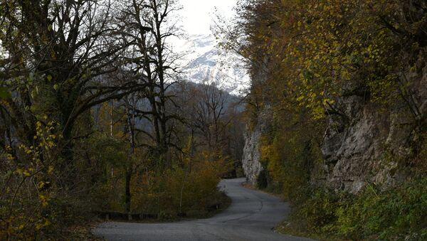 Горная дорога в районе озера Рица в Абхазии. - Sputnik Абхазия
