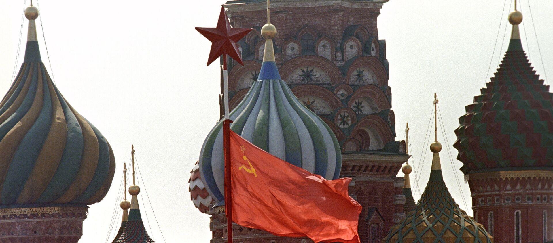 Флаг СССР на Красной площади в день 1 Мая - Sputnik Абхазия, 1920, 08.01.2021