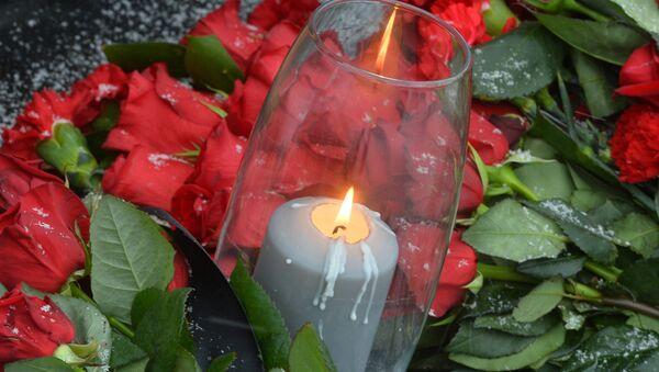 Архивное фото цветы и свечей во время траурного митинга - Sputnik Абхазия
