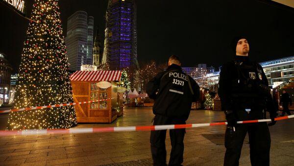 Грузовик врезался в толпу на рождественском базаре в Берлине - Sputnik Аҧсны