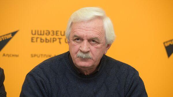 Юрий Барганджия на ПК с городскими службами Сухума. - Sputnik Абхазия