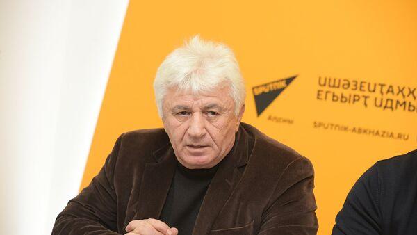 Сергей Матосян на ПК с городскими службами Сухума - Sputnik Абхазия