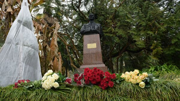 Памятник Нестору Лакоба в сухумском ботаническом саду - Sputnik Абхазия