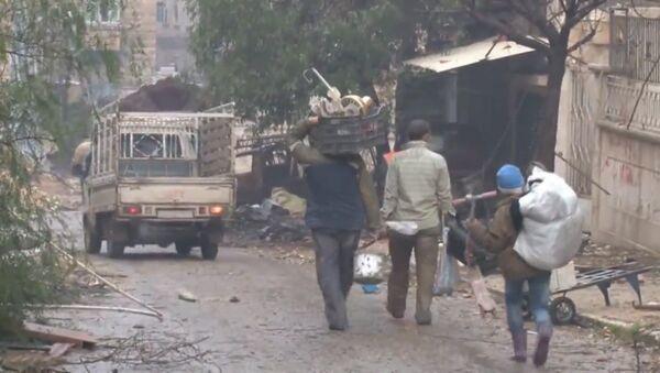 Мирные жители с мешками и сумками возвращаются домой в разрушенный Алеппо - Sputnik Абхазия