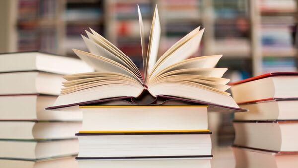 Стопка книг в библиотеке - Sputnik Абхазия