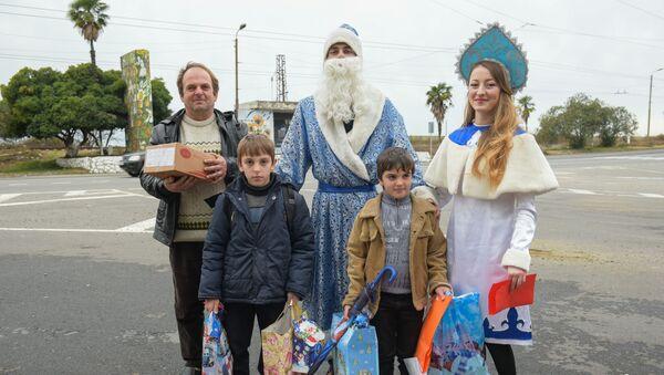 Дед Мороз и Снегурочка посетили подопечных БОО Киараз - Sputnik Абхазия