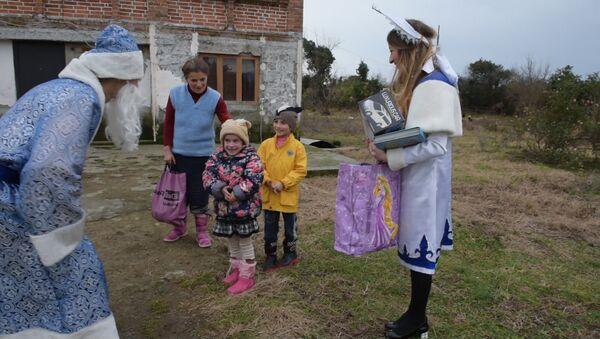 Дед мороз от Sputnik одарил детей в Бабушаре и Багмаране - Sputnik Абхазия