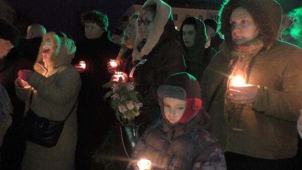 Жители Луганска зажгли сотни свечей на акции памяти жертв конфликта в Донбассе - Sputnik Абхазия