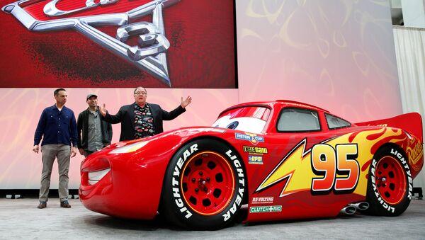 Креативный директор Walt Disney и Pixar Animation Studios Джон Лассетер представил публике автомобиль Молния МакКуин из мультфильма Тачки. - Sputnik Абхазия