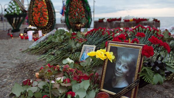 В Сочи жители города несут цветы и свечи к площади Южного мола морского порта - Sputnik Абхазия