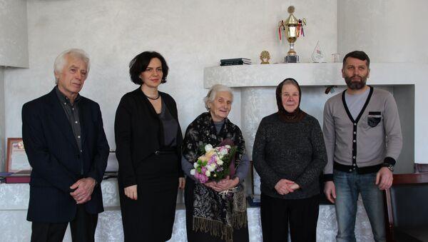 В министерстве культуры республики Абхазия с 80-летием поздравили графика, преподавателя с 50 – летним стажем Зою Джинджолия - Sputnik Абхазия