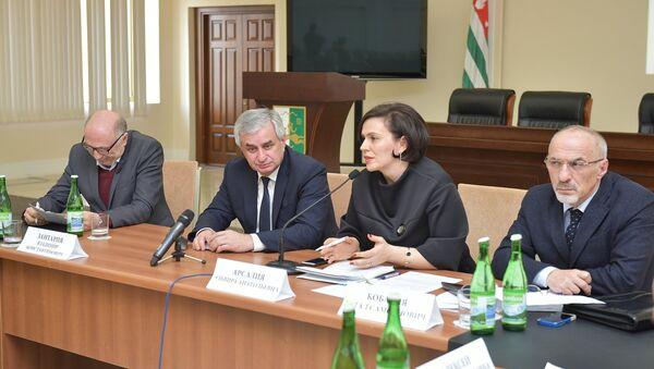 Презентация международного фонда культуры Ф.Искандера Стоянка человека - Sputnik Абхазия