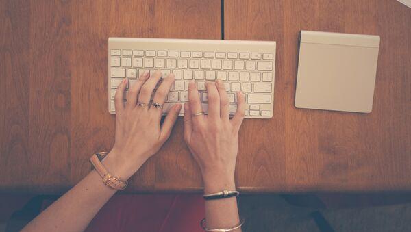 Руки печатают текст на клавиатуре - Sputnik Абхазия