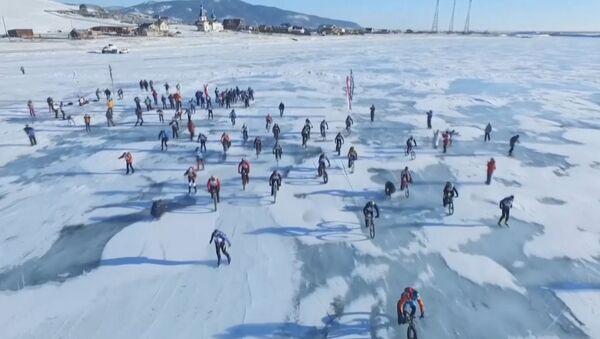 """Экстремалы на лыжах, коньках и велосипедах покоряли Байкал в гонке """"Ледовый шторм"""" - Sputnik Абхазия"""