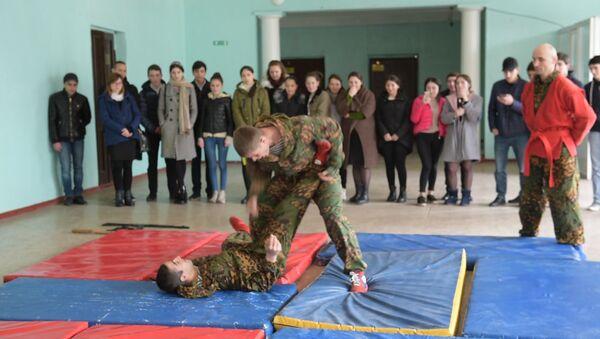 Урок мужества с оружием и в рукопашную: военные в гостях у школьников - Sputnik Абхазия