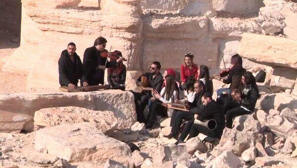Сирийские музыканты спели народные песни на руинах амфитеатра в Пальмире - Sputnik Абхазия